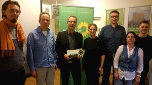 Remo Licandro (2.v.l., Kreisvorsitzender der Dortmunder GRÜNEN) und Hans Christian Markert (3.v.l., GRÜNER MdL) mit einem Teil der weiteren Teilnehmer nach der Veranstaltung.